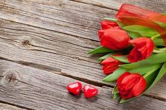 De rode tulpen en harten van het de dagsuikergoed van Valentine ` s Stock Afbeelding