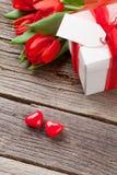 De rode tulpen en harten van het de dagsuikergoed van Valentine ` s Royalty-vrije Stock Foto's