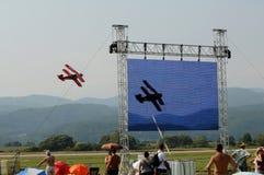 De rode tweedekker - de lucht Slovac toont het grote scherm Stock Fotografie