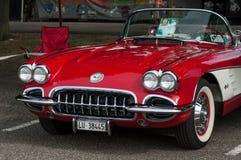 De rode uitstekende Amerikaanse autovoorzijde van Chevrolet-merk dat bij pretauto wordt geparkeerd toont gebeurtenis stock afbeeldingen