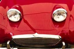 De rode uitstekende koplampen van de sportwagen voorbonnet Stock Foto