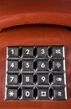 De rode uitstekende telefoon met zwarte knopen keurt de vraag, ideaal naar contactenpagina goed Stock Foto's
