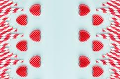De rode valentijnskaarten en het gestreepte stro op munt kleuren document als decoratieve abstracte feestelijke achtergrond voor  stock foto's