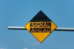 De rode Verkeersteken van het Signaal vooruit Stock Fotografie