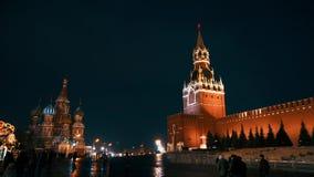 De rode Vierkante muur van het de Klokkremlin van het Kremlin, de Kathedraal van het Basilicum van Heilige, traditionele markt stock video