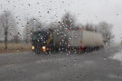 De rode vrachtwagens gaat op asfalt Stock Fotografie