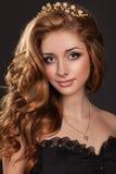 De vrouw van de manier met bruine haren perfecte huid en make-up in juwelen. Het Model van de schoonheid Royalty-vrije Stock Afbeelding