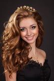 De vrouw van de manier met bruine haren perfecte huid en make-up in juwelen. Het Model van de schoonheid Royalty-vrije Stock Foto's