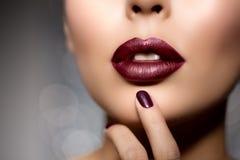 De rode vrouwenlippen sluiten omhoog Mooi modelmeisje met lippenstift stock foto