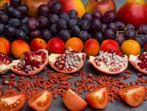 de rode vruchten en berrys de rijke vitamine, resveratrol, astaxanthin anti-oxyderend voedsel, sluiten omhoog royalty-vrije stock foto's