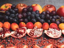 de rode vruchten en berrys de rijke vitamine, resveratrol, astaxanthin anti-oxyderend voedsel, sluiten omhoog royalty-vrije stock afbeelding