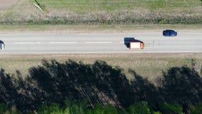 De rode weg van autotekens op een weg met witte verf stock footage