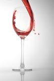 De rode wijn giet in glas Royalty-vrije Stock Foto