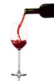 De rode wijn wordt gegoten in een wijnglas royalty-vrije stock foto