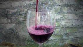 De rode Wijnstok giet aan Glas stock video