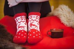 De rode winter die met een kop van koffie voelt Royalty-vrije Stock Fotografie