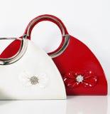 De rode witte zak van de vrouwenhandtas doet handtassen in zakken Royalty-vrije Stock Afbeelding