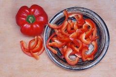 De rode Zoete groene paprika in zwarte plaat wodden raadsachtergrond Royalty-vrije Stock Afbeeldingen