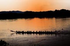 De roeiende atleten leiden paddlers bij de rivier in de avond op terwijl zonsondergang stock afbeeldingen