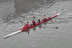 De roeiers van Kingston Rowing Club-opleiding voor kanoboot rennen in de Rivier Theems, Kingston, Engeland stock afbeeldingen