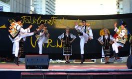 De Roemeense traditionele prestaties van het dansstadium royalty-vrije stock foto's