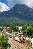 De Roemeense trein die de Prahova-Vallei in de Karpatische bergen kruisen, brengt toeristen het reizen Royalty-vrije Stock Foto's