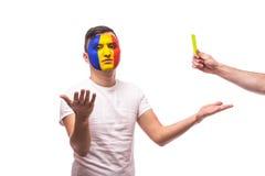 De Roemeense voetbalventilator van het nationale team van Roemenië krijgt gele kaart Stock Afbeeldingen