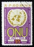De Roemeense zegel toont het Verenigde embleem van de Natieorganisatie, 15 verjaardag, circa 1960 Stock Foto's