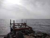 De roestige brug op het strand royalty-vrije stock afbeeldingen