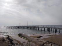 De roestige brug op het strand royalty-vrije stock foto