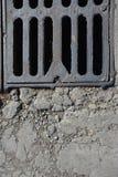 De roestige delen van het metaalafvoerkanaal Stock Foto