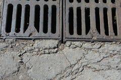 De roestige delen van het metaalafvoerkanaal stock afbeeldingen