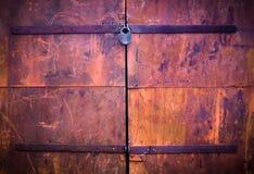 De roestige deur van de staalgarage Stroken van het roesten als slagen van pai Royalty-vrije Stock Afbeeldingen