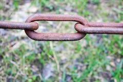 De roestige geoxydeerde bruine oude oude uitstekende sterke gesmede ketting van het metaalijzer met verbonden verbindingen tegen  royalty-vrije stock foto