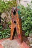 De roestige kledingslente binnen de bouw dichtbij bomen Stock Foto