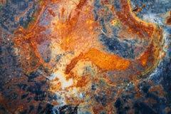 De roestige metaalmuur is een muur van een oude olietank Royalty-vrije Stock Foto's