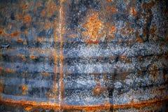 De roestige metaalmuur is een muur van een oude olietank Stock Foto's