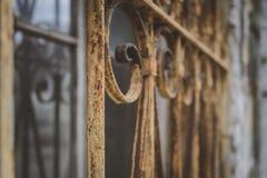 De roestige rooster van de ijzerveiligheid op een venster in de oude bouw Royalty-vrije Stock Fotografie