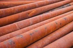 De roestige stapel van metaalpijpen Stock Foto