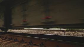 De roestige wielen van zware passagierstrein gaan langzaam over door stock footage