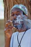 De rokende cannabis van Rastafarian Stock Foto's