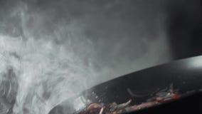 De rokende pan met groenten, chef-kok maakt saus, voedsel het koken, vegetarisch voedsel, Aziatische keuken stock footage