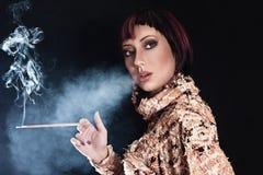 De rokende sigaret van de vrouw Stock Afbeelding