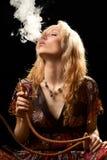 De rokende waterpijp van de vrouw. Stock Fotografie