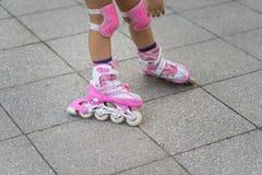 De rol van close-upkinderen het schaatsen Het leren openlucht te schaatsen Royalty-vrije Stock Fotografie