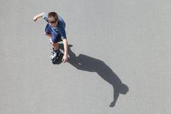 De rol van de jongen het schaatsen Stock Foto's