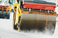 De rol van de pers bij het asfalteren van het werk stock foto