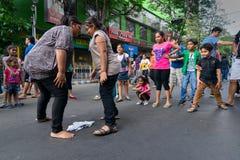 De rol van stadskinderen het scating op Parkstraat, Kolkata stock foto