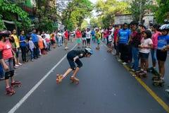 De rol van stadskinderen het scating op Parkstraat, Kolkata royalty-vrije stock foto