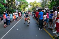 De rol van stadskinderen het scating op Parkstraat, Kolkata royalty-vrije stock foto's